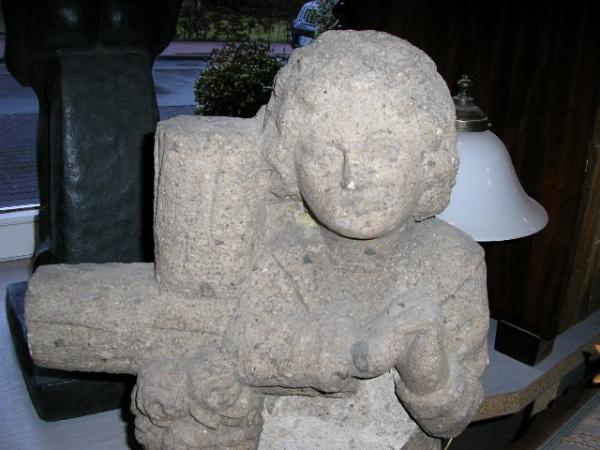 Junge mit Kreuz