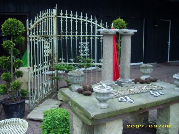 Zweiflügeliges Tor mit Schlupftür.