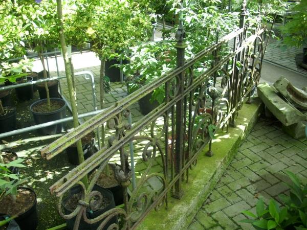 Schmiedeeiserner Zaun mit Granitsockel