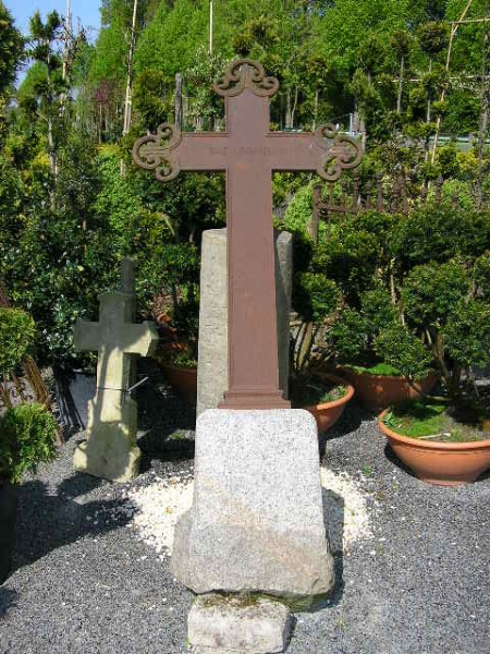 Kreuz aus Gusseisen mit Granit Sockel