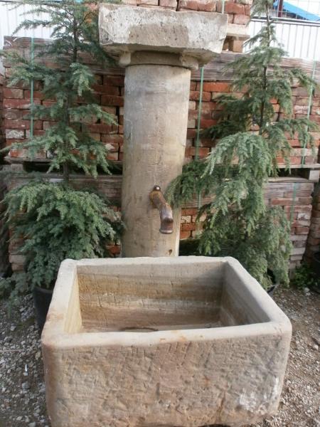 Dorfbrunnen mit Rundsäule