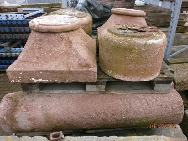 Säulenpaar aus rotem Naturstein geschlagen