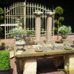 Antiker Steintisch mit eckigen Sandsteinfüßen