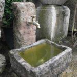 kleiner Brunnen aus antiken Materialien