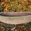 Uriger, halbrunder Sandsteintrog/Futtertrog