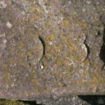 Königsstein mit Wappen aus Sandstein