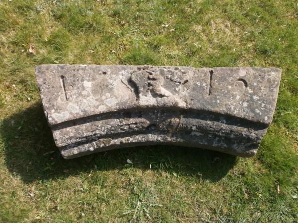 antiker Türsturz mit Wappen