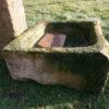 Brunnen aus urigen Materialien