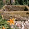 Dekobrunnen aus Sandsteintrog mit Kupferpumpe