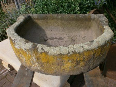 Abgerundeter Futtertrog aus antikem Sandstein