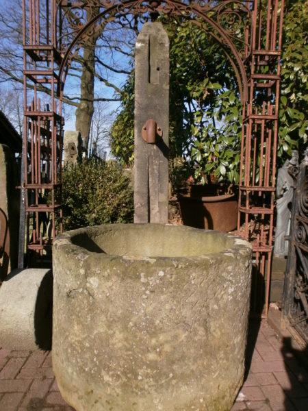 Brunnen mit hoher Stele