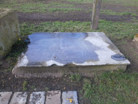 Große Steinplatte mit Spuren der Zeit