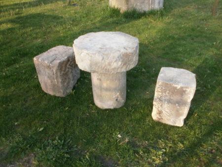 kleine Sitzgruppe aus Sandstein