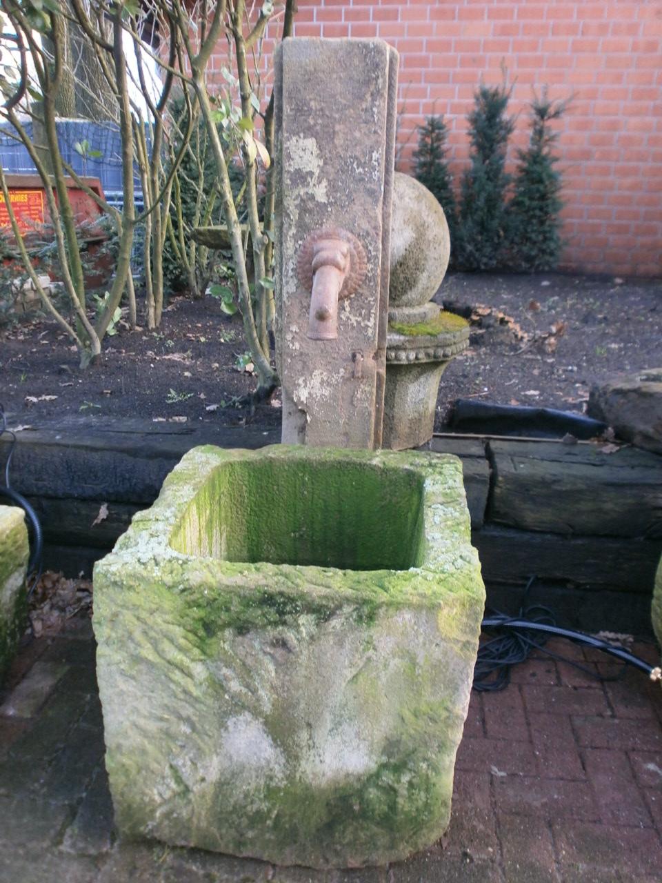 Quadratischer Brunnentrog mit Stele