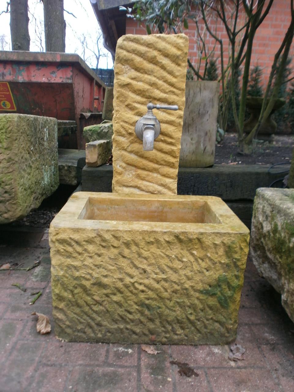 Schöner Brunnen aus Natursandstein mit antikem Wasserspeier