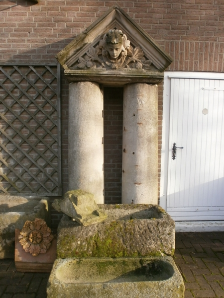 antiker Schmuckgiebel aus Sandstein