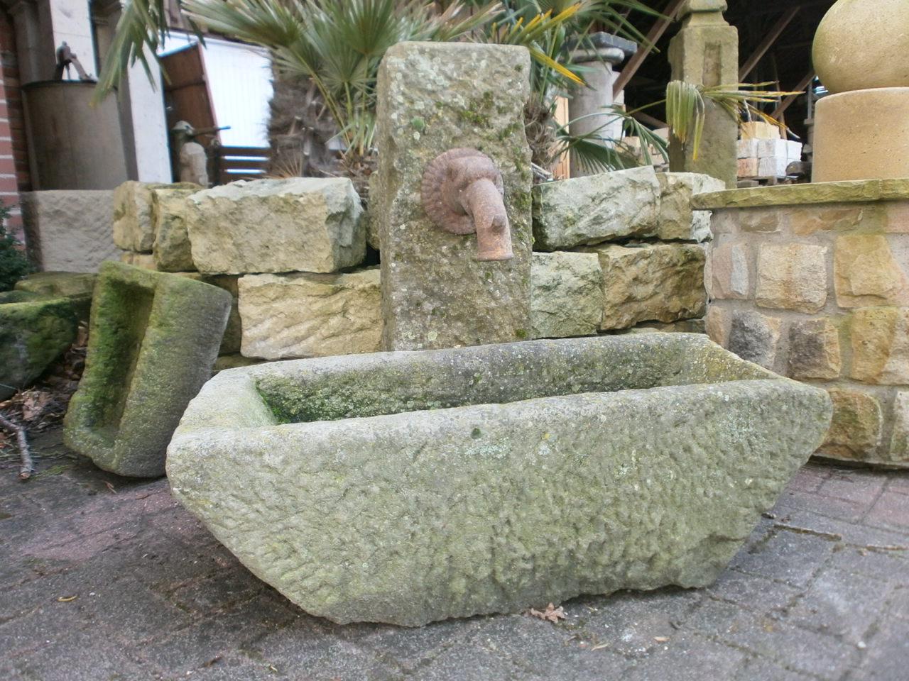 """Kleiner, """"kräftiger"""" Sandsteinbrunnen"""