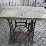 Kleiner Tisch mit Sandsteinplatte