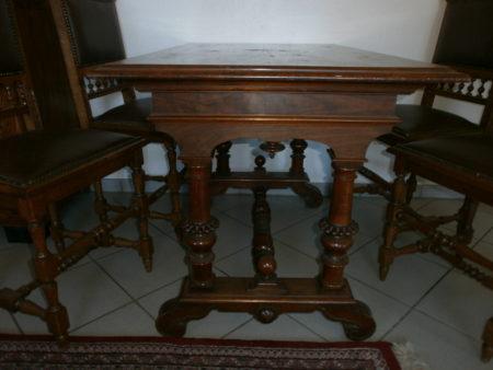 antiker Tisch mit Spuren der Zeit