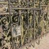 Zaun mit floralen Ornamenten