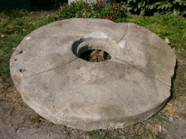 großer Mühlstein aus Sandstein. Tolle Tischplatte!
