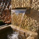 Brunnen mit kleinem Wasserfall