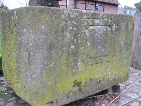 historischer Sandsteinbrunnen mit antikem Wasserspeier