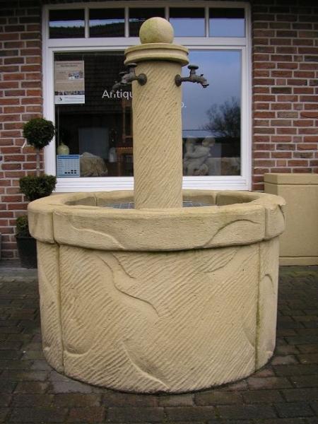 Kunstsandsteinbrunnen mit runder Säule