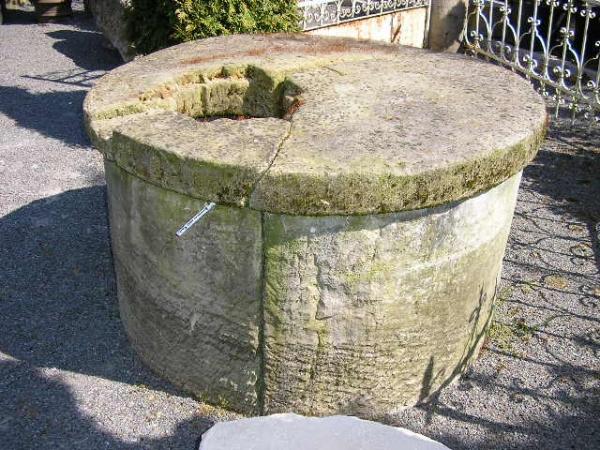 Sandsteibrunnen mit originaler Sandsteinabdeckung
