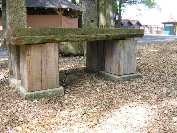 Sandsteintisch mit Holzfüßen
