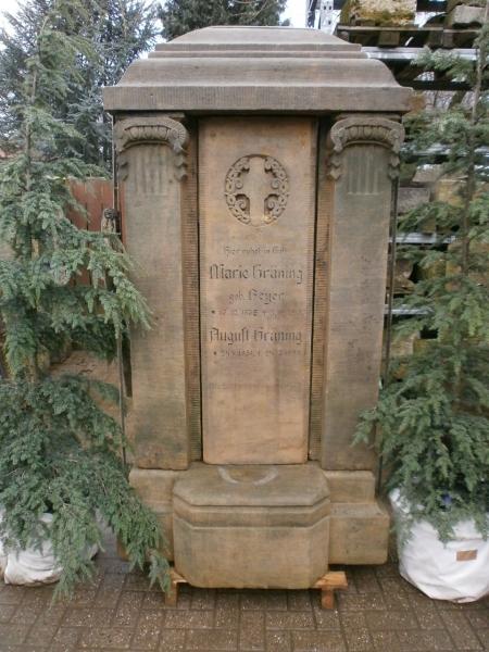 mehrteiliger historischer Grabstein