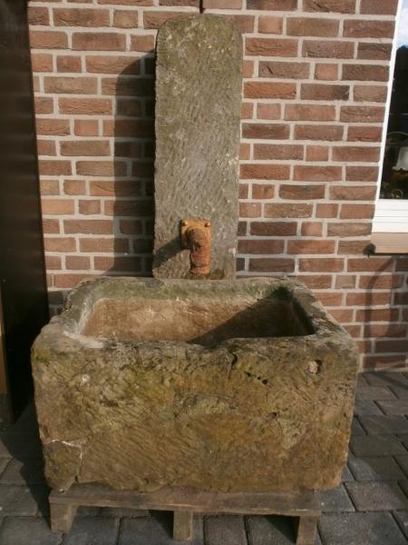 Sandsteinbrunnen aus antikem Material