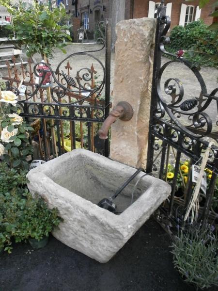 Gartenbrunnen mit selten schöne Form und Größe