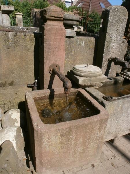 Traumhafter roter Brunnen aus Sandstein