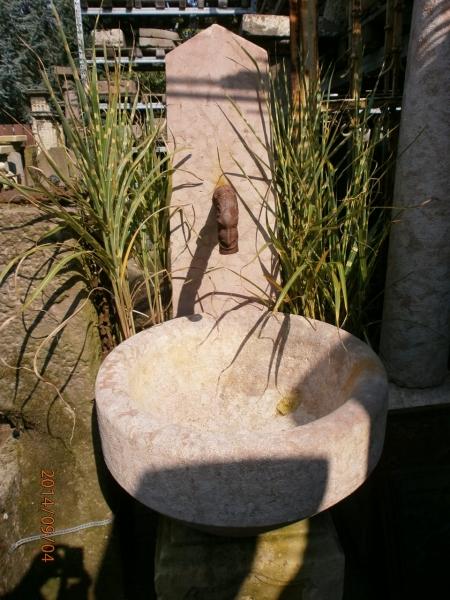 historischer Marmorbrunnen