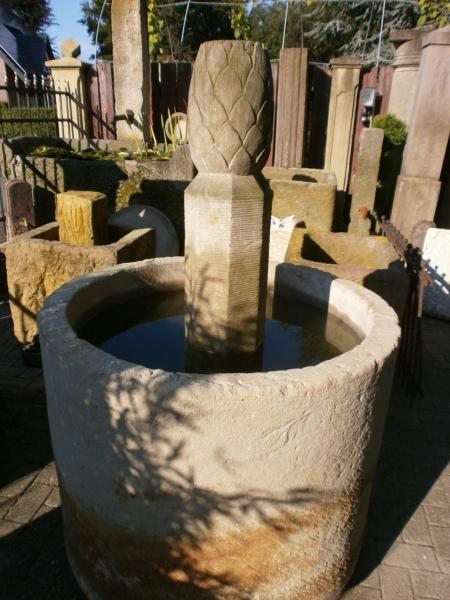 historischer Brunnen mit Säule
