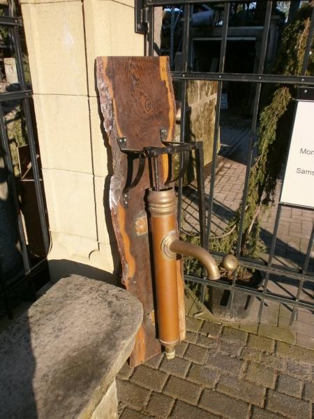 antike Schwengelpumpe aus Kupfer und Messing