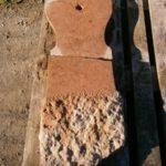 zerbrochener Grabstein aus Untersberger Marmor