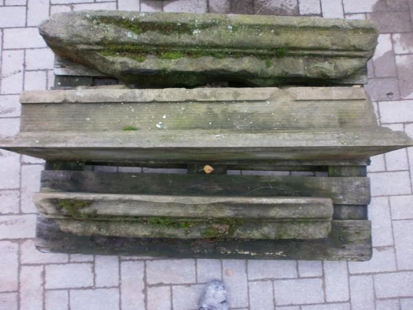 Drei antike Sandsteine mit Profil