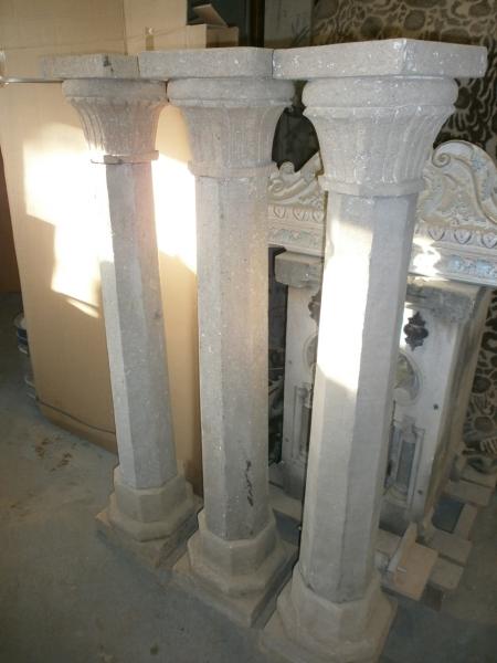 3 schlanke, historische Säulen aus Naturstein gefertigt