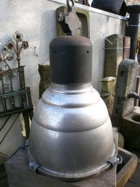 Zwei Industrielampen oder Werkstattlampen