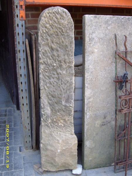 antike Zaunpfosten, Wingertsteine und Stelen aus Sandstein