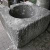 Großer antiker Brunnen mit Säule