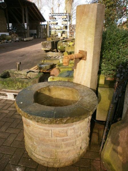 Sandsteinbrunnen mit sehr schönem, rundem Brunnentrog