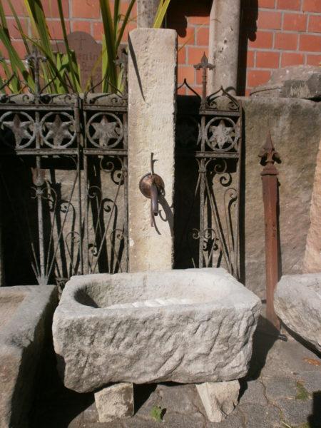 Kleiner Brunnentrog mit hoher Säule