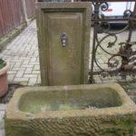 Brunnen aus rotem, historischem Sandstein
