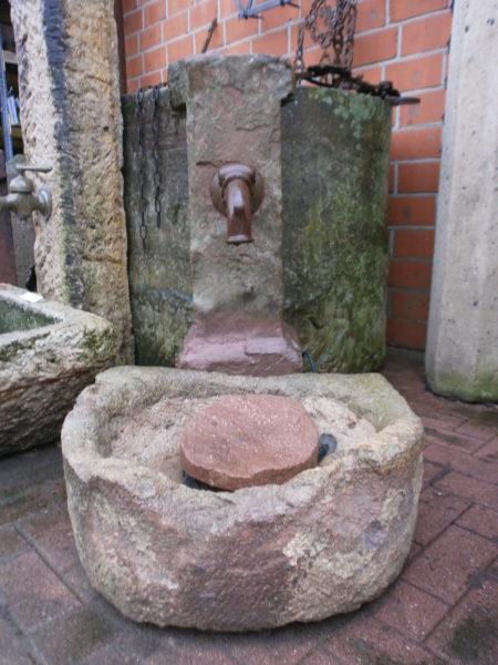Brunnen mit Spuren der Zeit