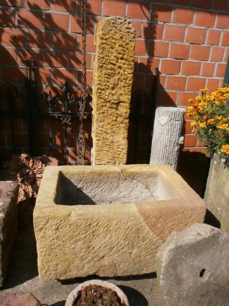 Schöner Sandsteinbrunnen mit toller Farbe