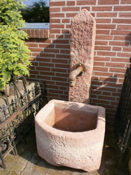 Brunnen mit halbrundem Brunnetrog