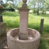 historischer Sandsteinbrunnen aus rotem Sandstein